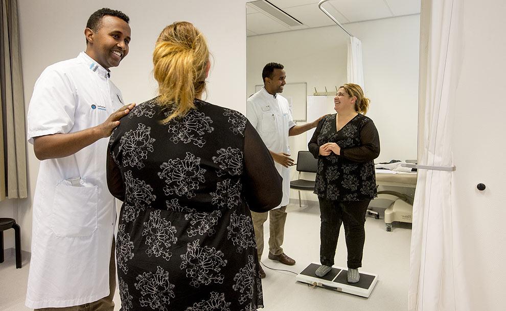 Verpleegkundig specialist Mohammed Saïd in gesprek met een patiënt